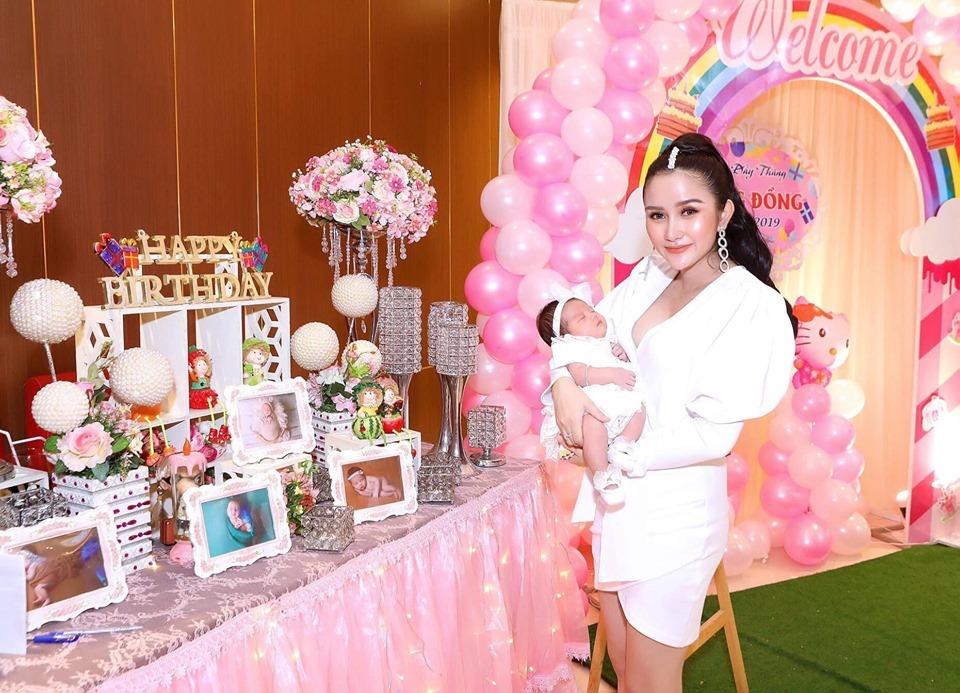 Khánh Đơn hạnh phúc bên vợ kém 8 tuổi trong tiệc đầy tháng con gái