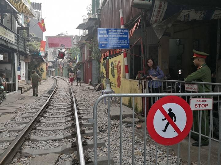 'Ngoại bất nhập', đóng cửa cà phê đường tàu từ sáng nay