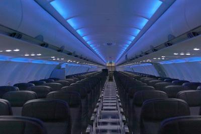 Tại sao máy bay khi hạ cánh phải để tình trạng 'đèn mờ'?