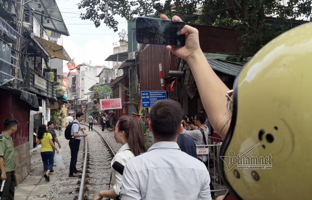 Cà phê đường tàu vắng hoe, chủ quán đóng cửa nằm dài selfie