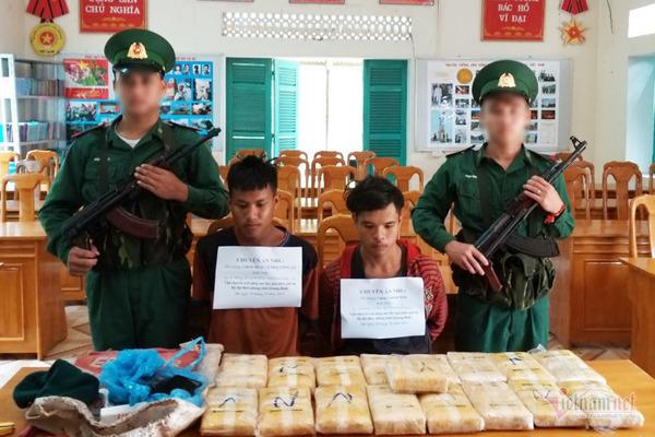 Hai đối tượng người Lào ôm 100 nghìn viên ma túy vượt biên giới