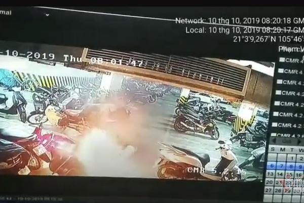 Xe máy bất ngờ bốc cháy dữ dội dưới hầm chung cư ở Hà Nội