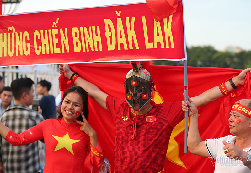 Fan nữ xinh đẹp hâm nóng trận Việt Nam vs Malaysia