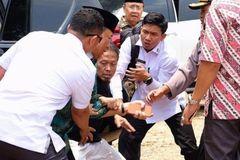 Bộ trưởng An ninh Indonesia bị đâm vào bụng