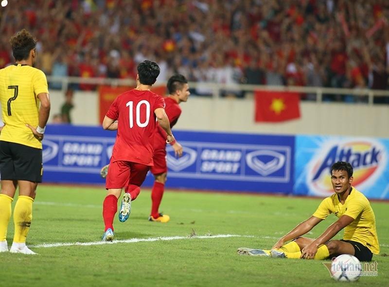 Chiếu chậm khoảnh khắc Quang Hải xé lưới Malaysia