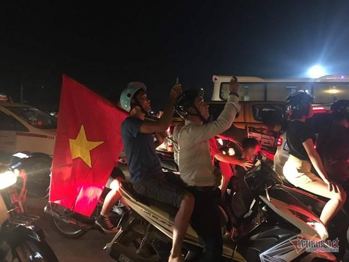 Men say chiến thắng trước Malaysia, ngất ngây từ Mỹ Đình đến Hồ Gươm