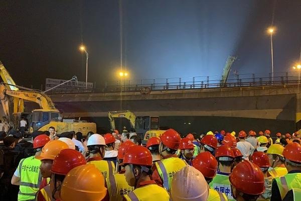Sập cầu vượt ở Trung Quốc, đè nát ba xe hơi