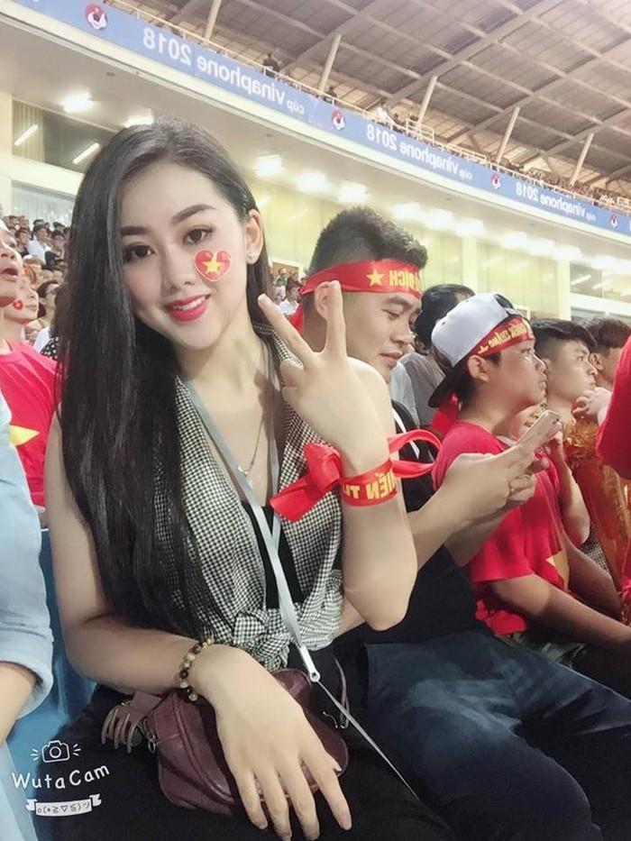 Cô gái nổi bật trên khán đài trận Việt Nam - Malaysia là ai?