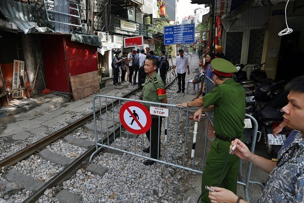 Hanoi shuts down train track cafes