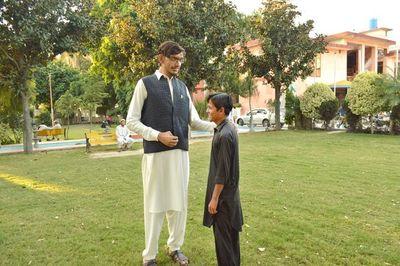 Hơn 20 tuổi, chàng trai đã cao hơn hai mét và vẫn đang 'lớn'