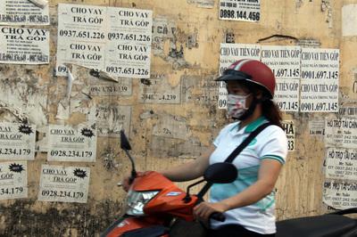 Cảnh báo tình trạng công nhân 'vay tiền nóng', thế chấp thẻ ATM
