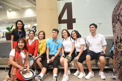 """Tuyển Việt Nam đổ bộ Bali, fan nữ Indonesia """"quây"""" Quang Hải"""