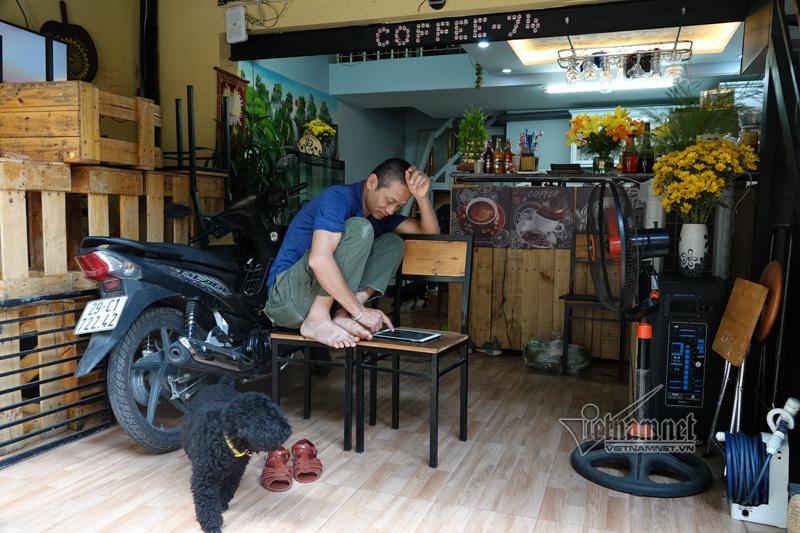Chủ quán cà phê đường tàu muốn tự làm barie bảo vệ khách trong nhà