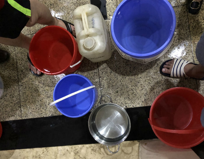 Đến giờ cơm tối, dân Hà Nội xếp hàng dài hứng nước nấu ăn