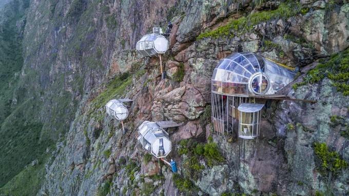 Thách thức lòng can đảm với khách sạn lơ lửng trên núi