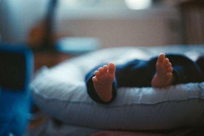Bé gái 7 tháng tuổi tử vong do mắc kẹt giữa nệm và thanh chắn giường