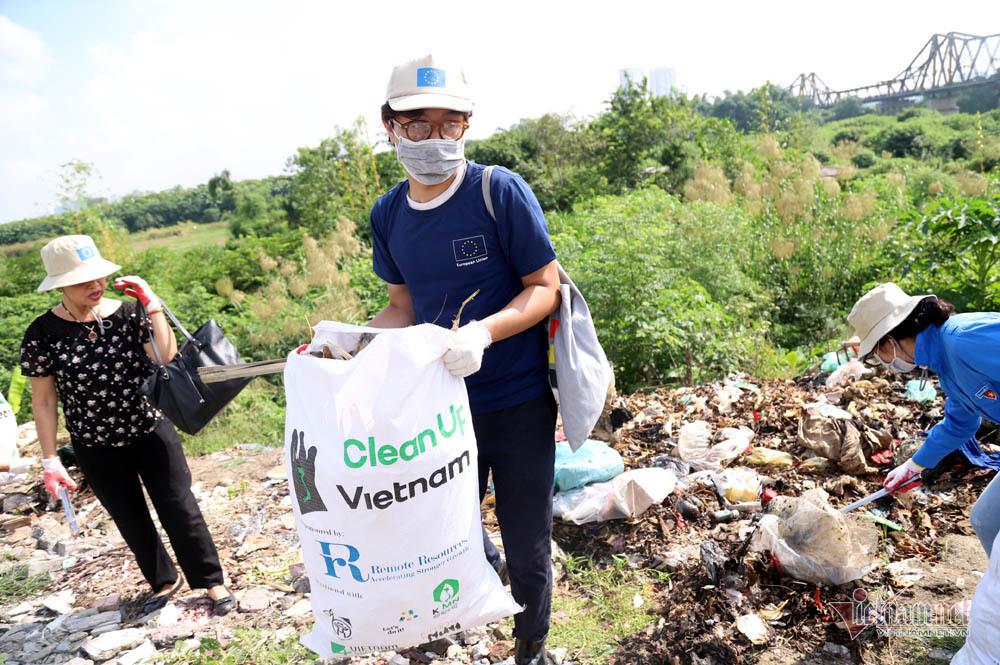 Đại sứ châu Âu dọn rác dưới chân cầu Long Biên