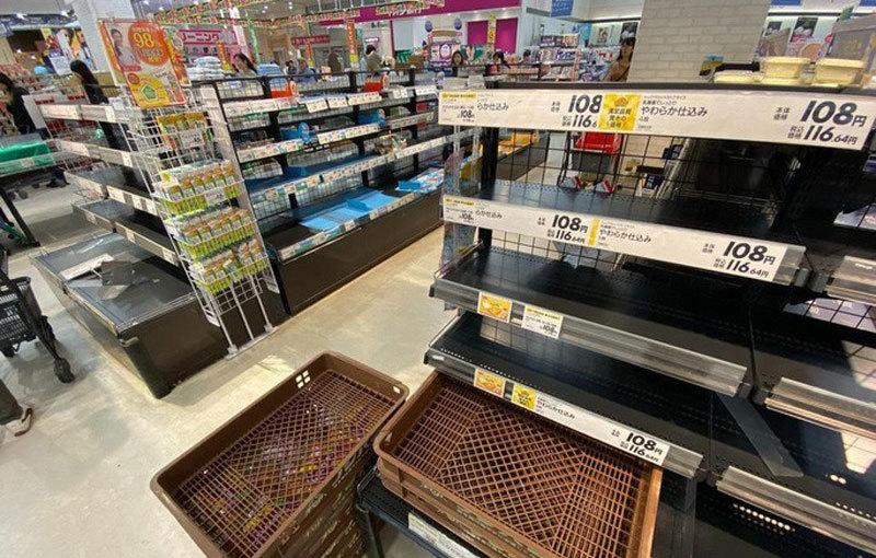 Siêu bão tím bầm trời đổ bộ, dân Nhật vét sạch đồ ăn siêu thị