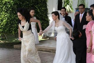 """Lỡ chửa trước, ngày cưới bị mẹ chồng bắt đi vào cổng sau cô dâu mới """"bật"""" lại mẹ chồng rồi kéo tay bố đẻ định về thẳng"""