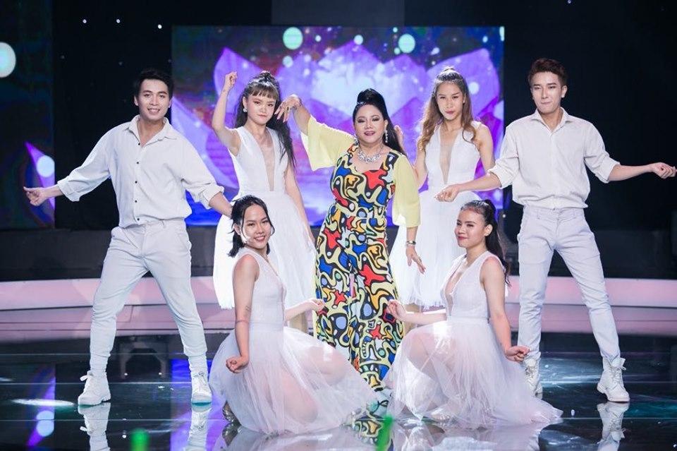 'Nữ hoàng Rock' Việt: 'Chạy 8 show/đêm, tiền nhiều mua vàng xâu lại'