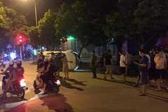 Ô tô phi thẳng xe máy chờ đèn đỏ ở Thanh Hóa, 1 người chết
