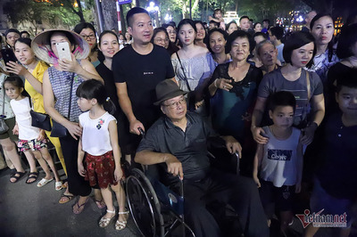 Ba thế hệ đắm say tiếng nhạc kèn công an trong đêm thu Hà Nội