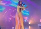 Chân dung nữ ca sĩ Mỹ mặc áo dài không mặc quần
