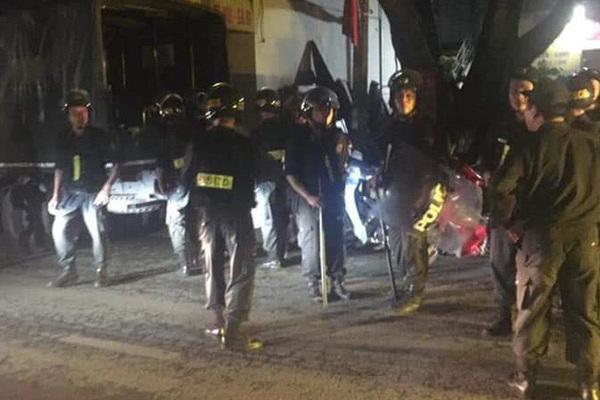 Thanh niên ở Hà Nội chém chết người rồi cầm dao cố thủ trong nhà