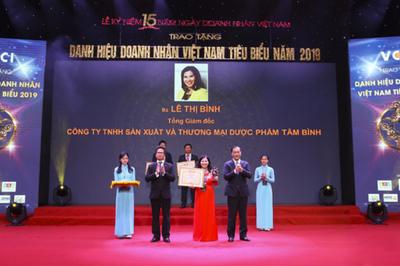 Dược sĩ Lê Thị Bình nhận danh hiệu Doanh nhân Việt Nam tiêu biểu 2019