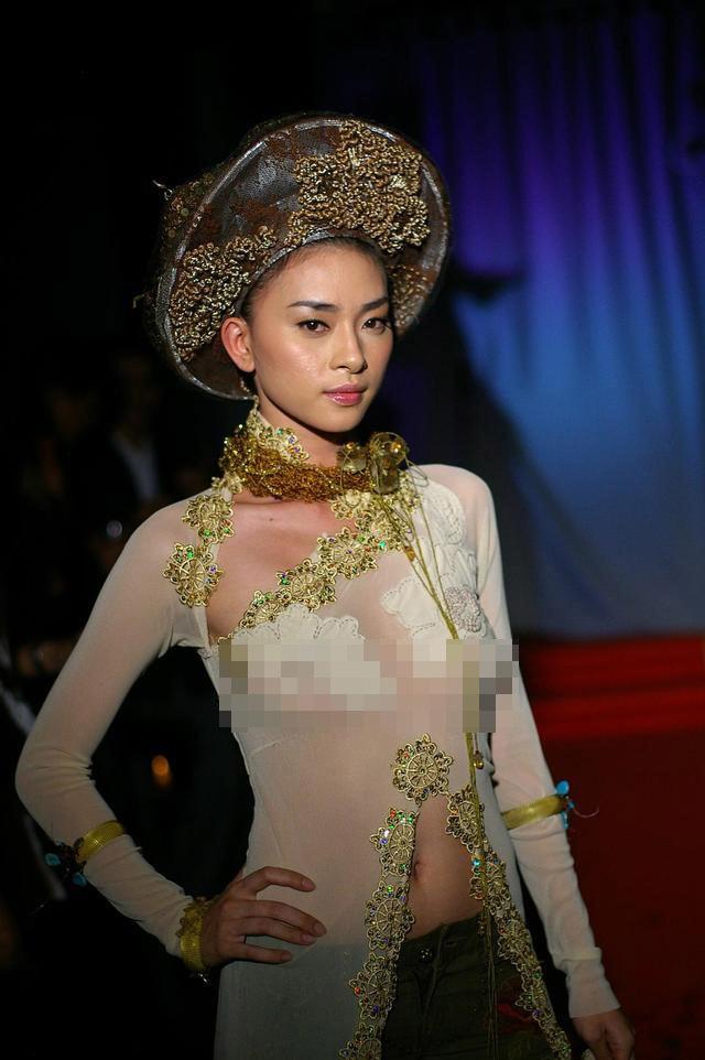 Chê ca sĩ Mỹ, Ngô Thanh Vân bị khui lại ảnh áo dài không nội y