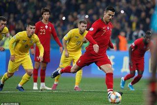 Ronaldo ghi bàn thứ 700, Bồ Đào Nha thua cay đắng Ukraine