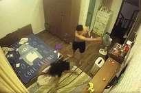 CLIP: Chồng 'hờ' lột đồ vợ, ghì chặt đầu xuống sàn nhà rồi đánh đập dã man ngay trước mặt người giúp việc và con nhỏ