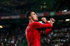 Ronaldo ghi 700 bàn thắng, MU tự hào có công lớn