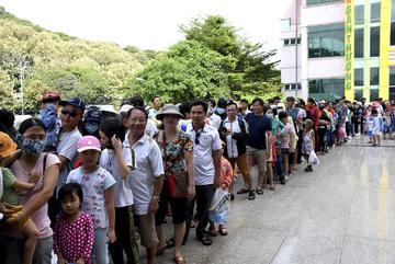 Hồ Mây Park mở cửa miễn phí, hàng nghìn người xếp hàng tham quan