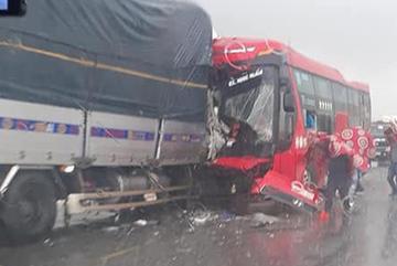 Xe tải tông xe giường nằm ở Nghệ An, phụ xe chết trong cabin
