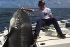 Cậu bé 8 tuổi câu được cá mập 'khủng' nặng hơn ba tạ