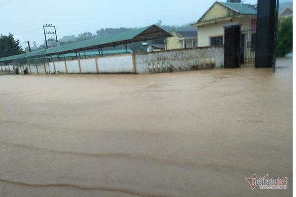 Hơn 7.000 học sinh Hà Tĩnh không thể đến trường vì nước ngập