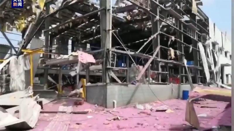 Kinh hoàng nhà máy hóa chất Trung Quốc nổ trơ khung