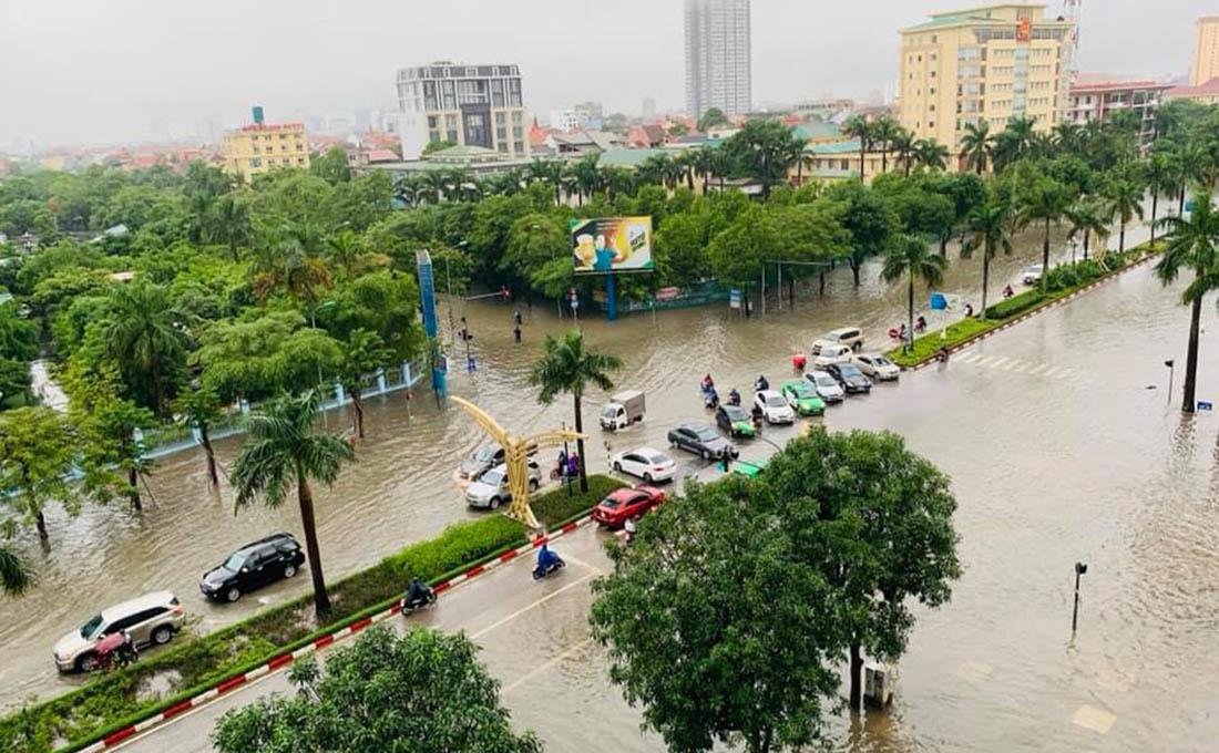 Thành Vinh mưa ngập kinh hoàng, loạt xế hộp tiến thoái lưỡng nan