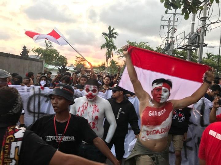 CĐV Việt Nam nhuộm đỏ Bali tiếp lửa thầy trò Park Hang Seo