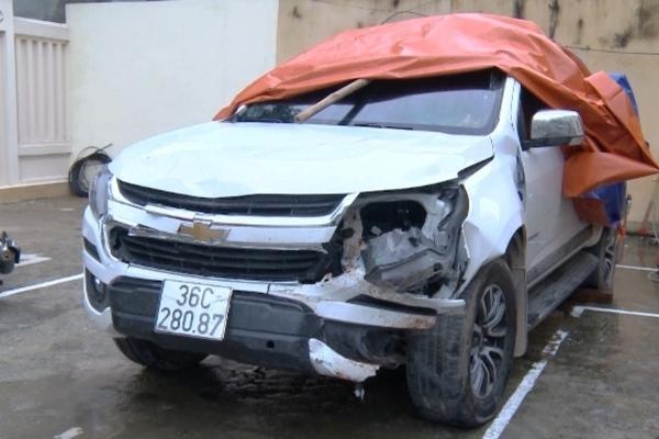 Ô tô phi thẳng vào xe máy chờ đèn đỏ ở Thanh Hóa do mâu thuẫn làm ăn
