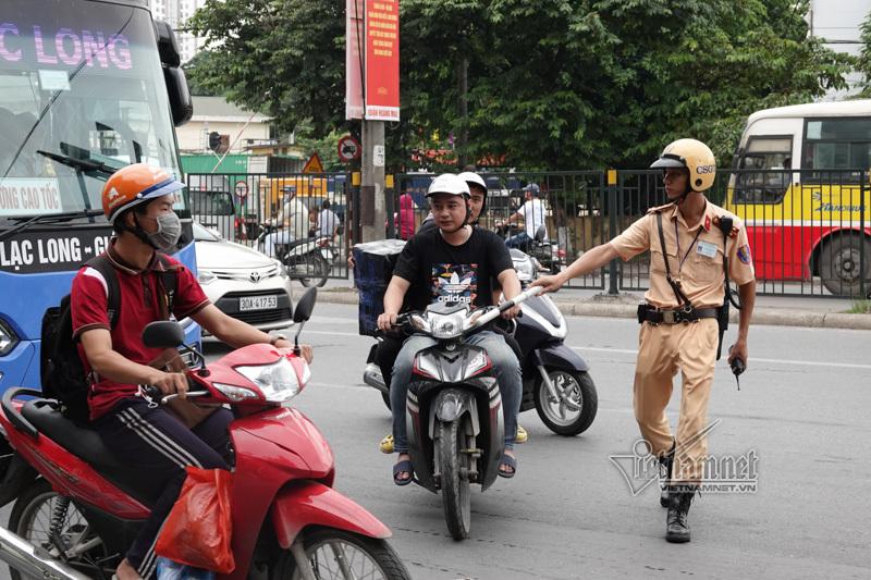 Vội vã quặt xe chạy trốn cảnh sát 141, cô gái nổi nhất phố Hà Nội