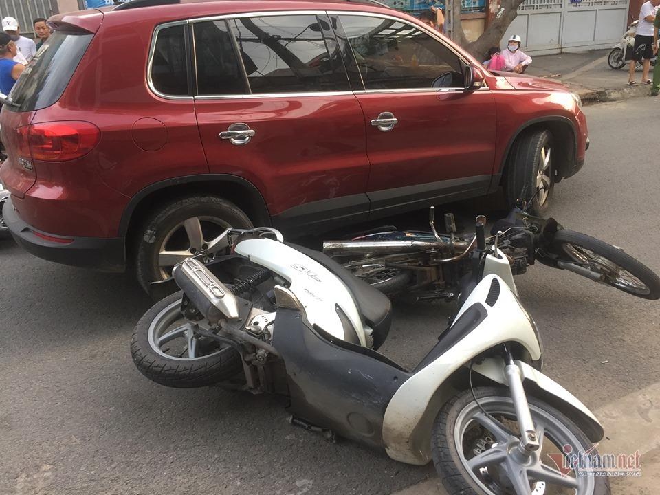 Nữ tài xế lái ô tô tông xe máy văng ngổn ngang trên phố Sài Gòn