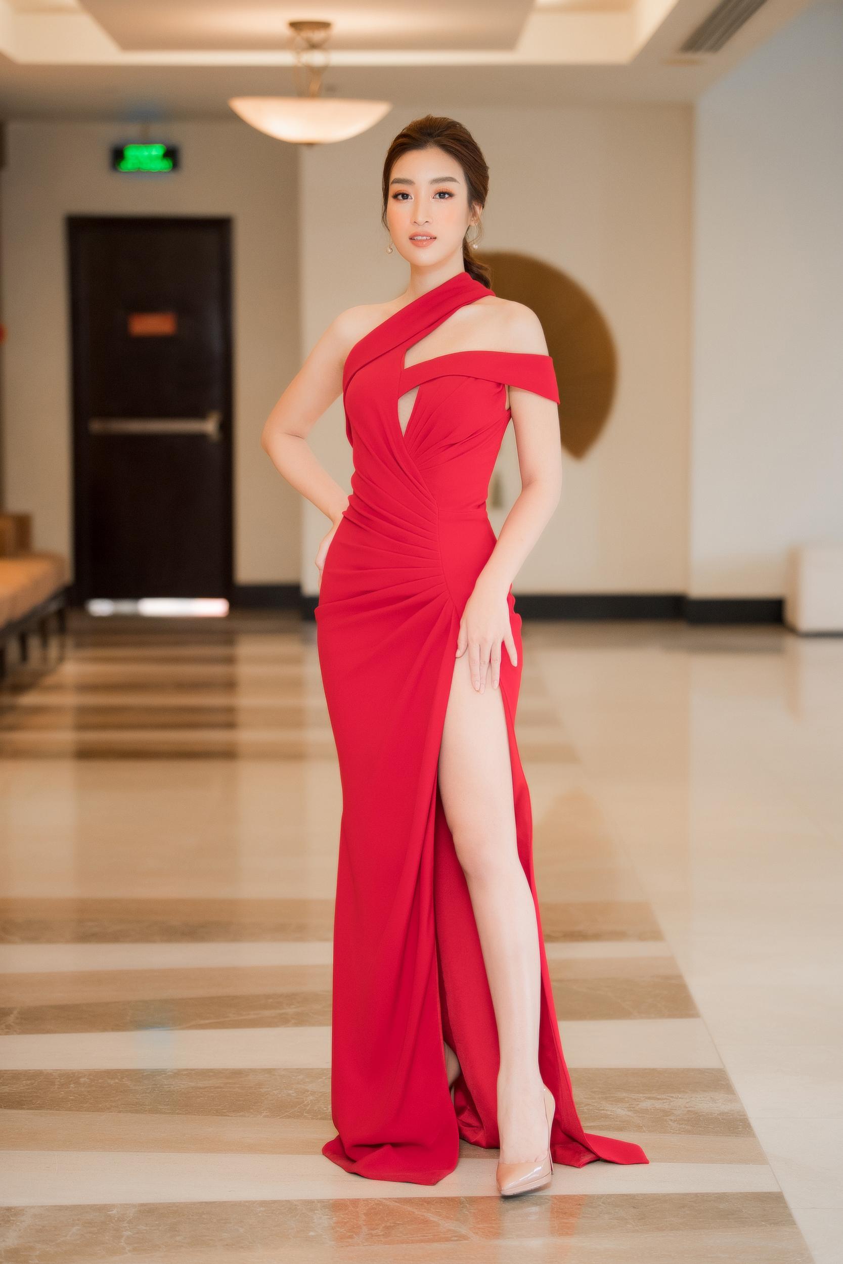 Á hậu Tường San, Huyền My diện váy trễ vai khoe vòng 1 gợi cảm