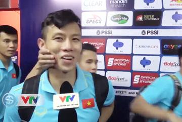"""Cầu thủ Việt Nam """"cực lầy"""" véo má trêu Quế Ngọc Hải khi phỏng vấn"""