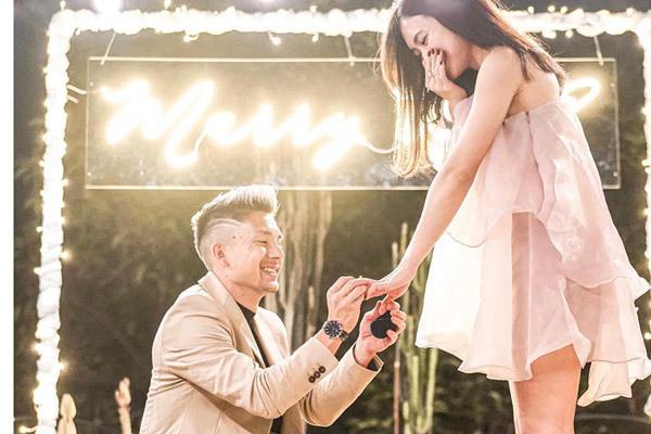 Tiền vệ Indonesia cầu hôn lãng mạn với bạn gái xinh đẹp và nóng bỏng