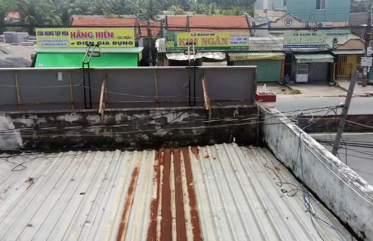 Tên trộm dỡ mái tôn, đu dây dù đột nhập tiệm vàng ở Tiền Giang