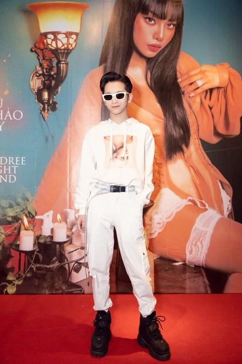 Cháu gái siêu mẫu Vũ Thu Phương lột xác sexy, táo bạo khoá môi trai lạ
