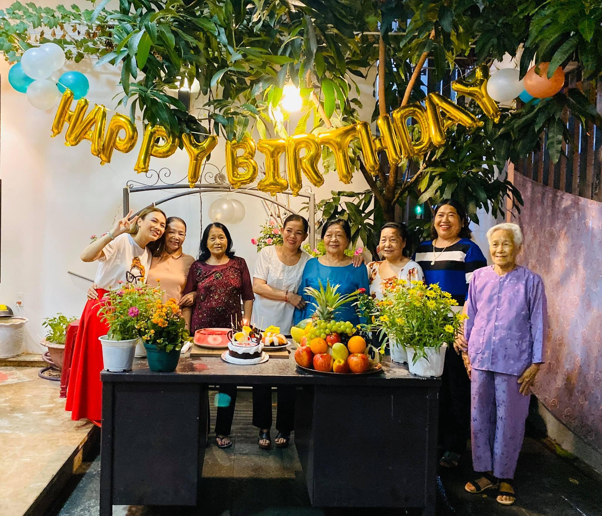 Mỹ Tâm thơm má, mừng sinh nhật mẹ