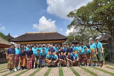 Tuyển Việt Nam mặc váy đi thăm đền trước khi về nước